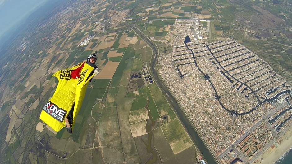 2014/10/WingsuitSDESobreEmpuriabrava-940x530.jpg